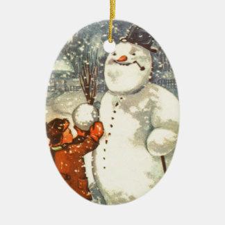 雪だるまのクリスマスツリーのオーナメントを持つエストニア語の男の子 陶器製卵型オーナメント