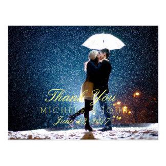 雪で接吻する傘が付いているカップルはまたは感謝していしています ポストカード