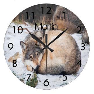 雪で眠っているカスタムなオオカミ ラージ壁時計