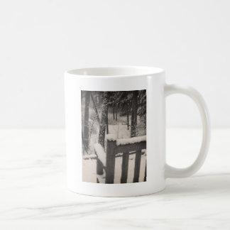 雪で覆われたベンチ コーヒーマグカップ