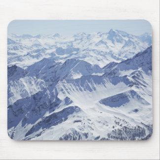 雪で覆われた山の空中写真 マウスパッド