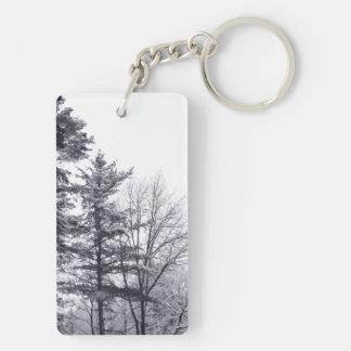 雪で覆われた木: 縦 キーホルダー