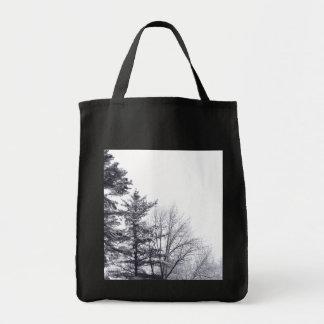 雪で覆われた木: 縦 トートバッグ