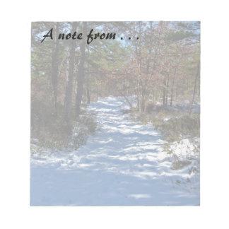 雪で覆われた森林道 ノートパッド