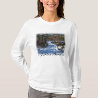 雪で覆われた森林道 Tシャツ