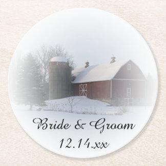 雪で覆われた納屋の冬の国の結婚式 ラウンドペーパーコースター