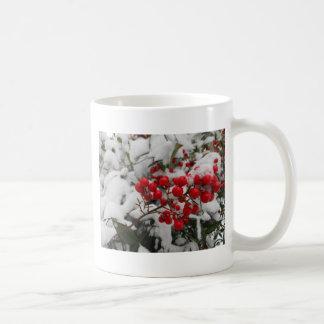 雪で覆われた赤い果実 コーヒーマグカップ