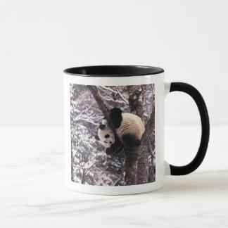 雪で覆われる木で遊んでいるパンダの幼いこども マグカップ