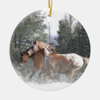 雪で走っている馬 セラミックオーナメント
