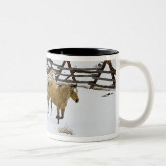 雪で走っている馬 ツートーンマグカップ