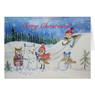 雪で遊んでいるクリスマスのフクロウ カード