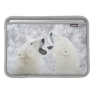 雪で遊んでいる白くま MacBook スリーブ