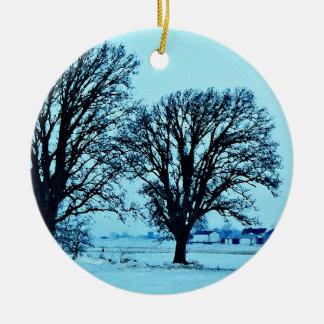 雪とのたそがれの木そして農場 セラミックオーナメント