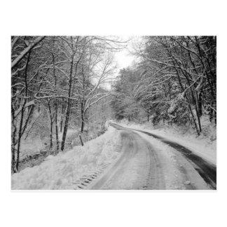 雪との田舎道の白黒イメージ ポストカード