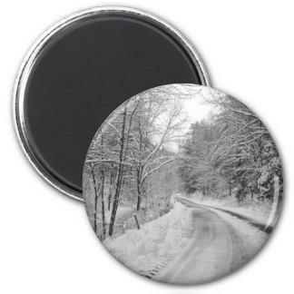 雪との田舎道の白黒イメージ マグネット