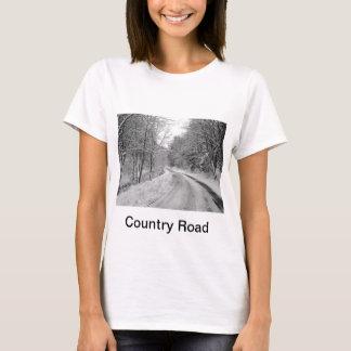 雪との田舎道の白黒イメージ Tシャツ