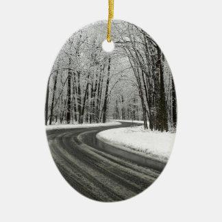 雪によって曲げられる曲がりくねった道 セラミックオーナメント
