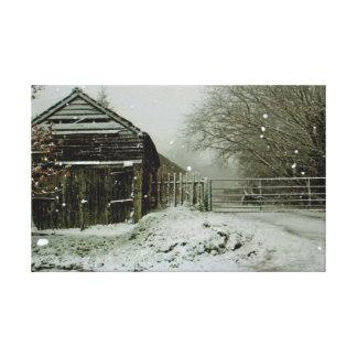 雪によって連打される農場の建物 キャンバスプリント