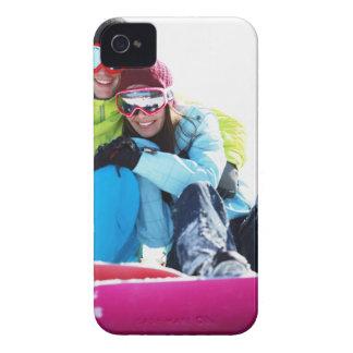 雪に坐るスノーボーダーのカップル Case-Mate iPhone 4 ケース