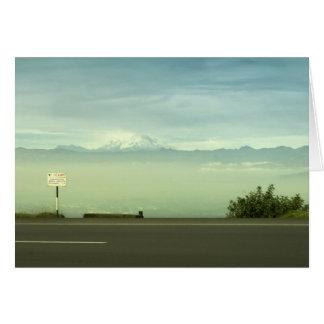 雪に覆われた峰々の眺めの霧深い道 カード