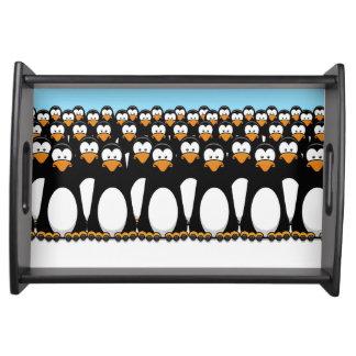 雪のおもしろいな漫画のペンギンの群集 トレー