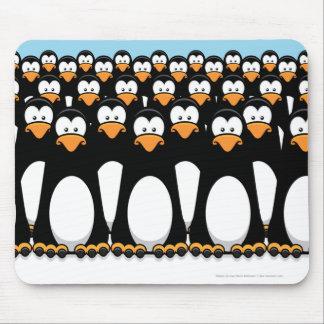 雪のおもしろいな漫画のペンギンの群集 マウスパッド