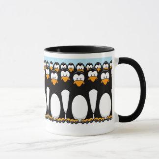 雪のおもしろいな漫画のペンギンの群集 マグカップ