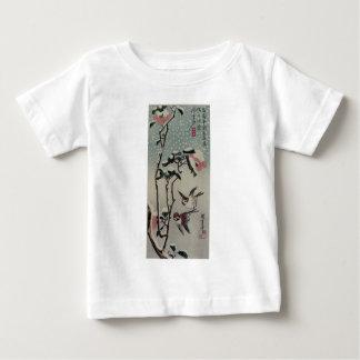 雪のすずめそしてツバキ。 日本 ベビーTシャツ