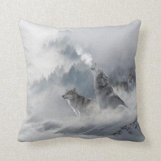 雪のオオカミのプリント クッション