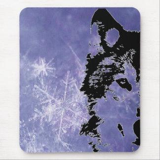 雪のオオカミ マウスパッド