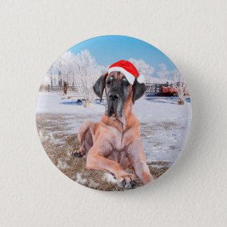雪のクリスマスの帽子に坐っているかわいいグレートデーン犬 5.7CM 丸型バッジ