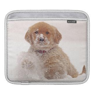 雪のゴールデン・リトリーバーの子犬 iPadスリーブ
