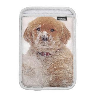 雪のゴールデン・リトリーバーの子犬 iPad MINIスリーブ