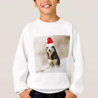 雪のサンタの帽子を持つシベリアンハスキー犬 スウェットシャツ