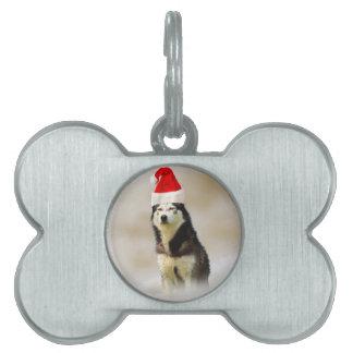 雪のサンタの帽子を持つシベリアンハスキー犬 ペットネームタグ