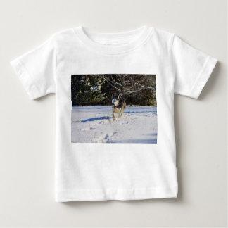 雪のシベリアンハスキー ベビーTシャツ