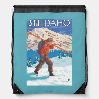 雪のスキー-アイダホ--を運んでいるスキーヤー ナップサック