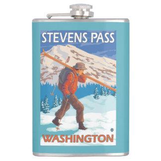 雪のスキー-スティーヴンスのパス、WA --を運んでいるスキーヤー フラスク