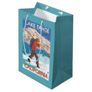 雪のスキー-タホ湖、Californi --を運んでいるスキーヤー ミディアムペーパーバッグ