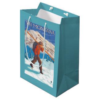 雪のスキー-モンタナ--を運んでいるスキーヤー ミディアムペーパーバッグ