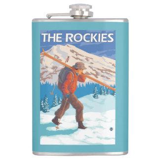 雪のスキー-ロッキー山脈--を運んでいるスキーヤー フラスク