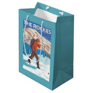 雪のスキー-ロッキー山脈--を運んでいるスキーヤー ミディアムペーパーバッグ