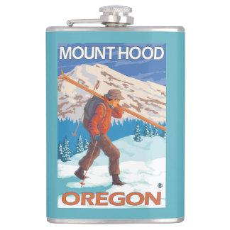 雪のスキー-山のフード--を運んでいるスキーヤーまたは フラスク