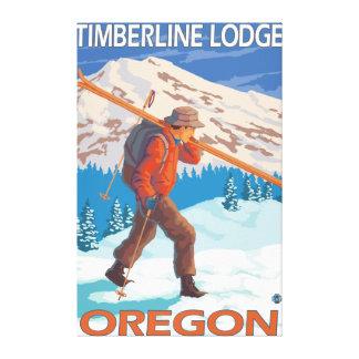 雪のスキー-樹木限界線ロッジ--を運んでいるスキーヤーまたは キャンバスプリント