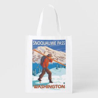 雪のスキー- Snoqualmieのパス、WA --を運んでいるスキーヤー エコバッグ