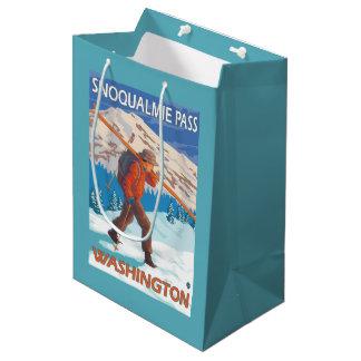 雪のスキー- Snoqualmieのパス、WA --を運んでいるスキーヤー ミディアムペーパーバッグ