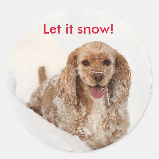 雪のステッカーで覆われるコッカースパニエル ラウンドシール