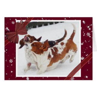 雪のバセットハウンドが付いているかわいいクリスマスカード カード