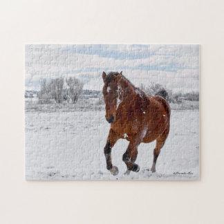 雪のパズルで疾走している湾によって着色される馬 ジグソーパズル