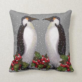 雪のペンギンのカップル: クリスマスの芸術: ヒイラギ クッション